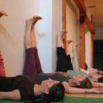 ᐅ Poses contre le mur avec le yoga : Essayez-les !