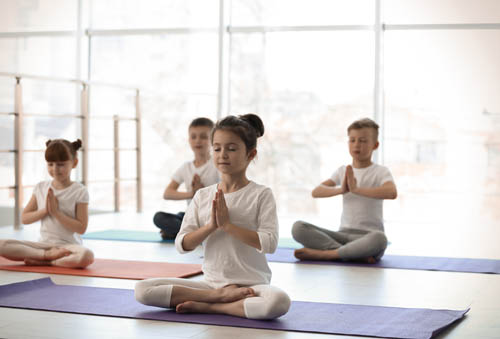 cinq éléments d'un cours de yoga pour enfants
